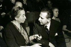 Gabriela Mistral en la BBC de Londres, conversando con Sir William Haley, Director General de la BBC, antes de la transmisión de un concierto en su homenaje, 20 de enero, 1946